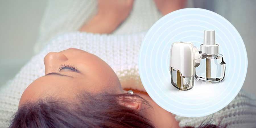 Mujer durmiendo tranquila con difusor eléctrico antimosquitos